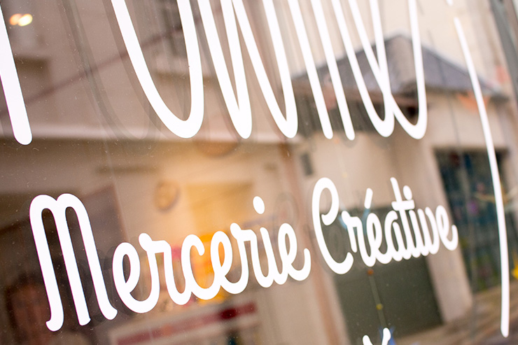 adhésif autocollant sticker typographie logo mercerie